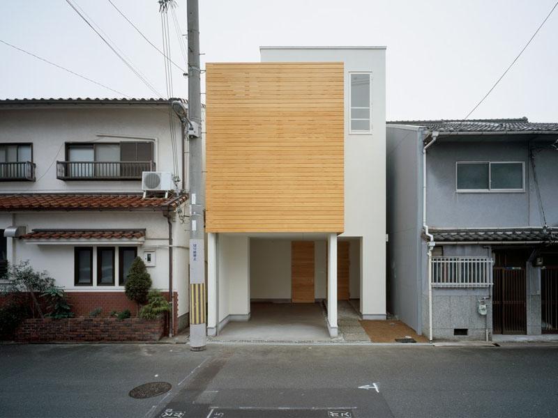 ผนังบ้าน เป็นราเพราะความชื้นจากการสร้างผนังติดแนวรั้ว แก้ไขได้อย่างไรมาดูกัน
